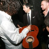 Piccolo fan chiede autografo sulla sua chitarra